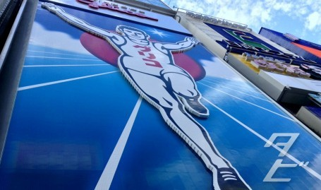 The Glico Running Man returns!